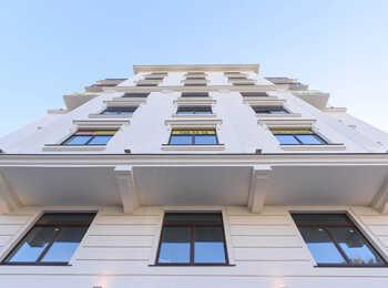 Фасады дома выполнены в духе старого Петербурга